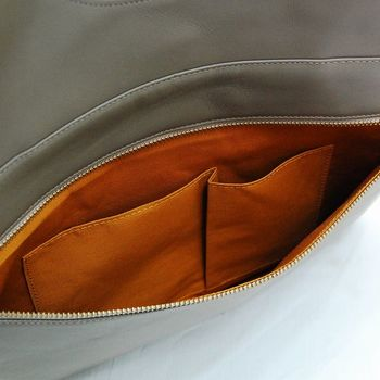 A4サイズが入るので仕事の書類などもスッキリ収納できます。背面にはファスナー付きポケットがあり、散らばりやすい小物類の収納に便利です。