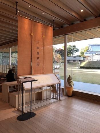 JR金沢駅から車で10分、金沢城公園内にある「鶴の丸休憩館」に『豆皿茶屋』があります。