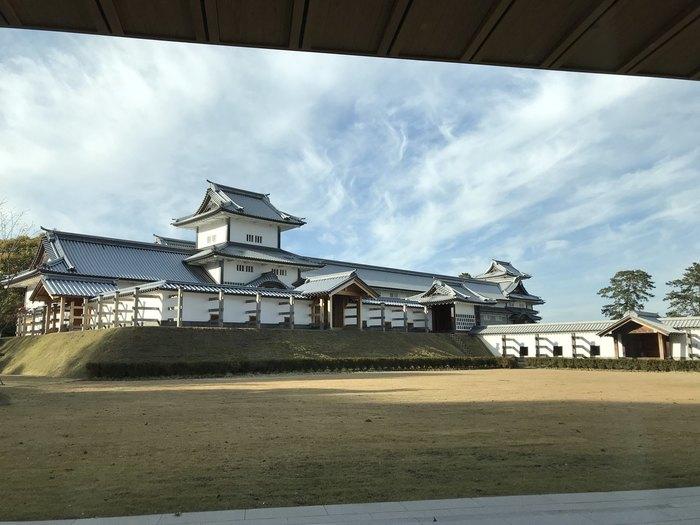 店内は能登ヒバを使った内装で、窓からは金沢城を眺めることができます。