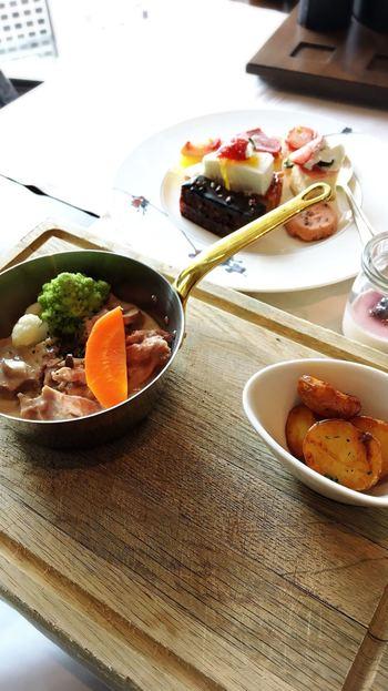 メインは前菜を堪能した後で…という気配りもされており、クオリティの高い料理にリピーターも多く訪れます。