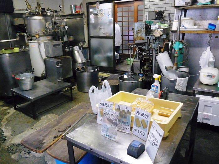 「姫の水」は、箱根内輪山・浅間山の伏流水で、北条氏の佐保姫が化粧水に使ったことから名付けられ、明治天皇へも献上されたという名水です。当店で買い求めるのなら、大豆の旨味がぎゅっと詰まった『玉肌もめん 姫乃水』がイチオシ。