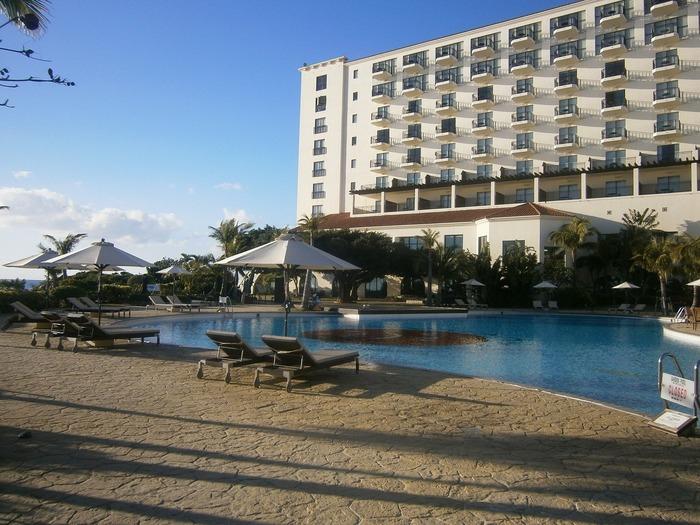 沖縄県読谷村字儀間にある『ホテル日航アリビラ』は、スパニッシュな雰囲気の海洋リゾートホテルです。