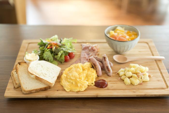 トーストに、玉子やソーセージなどがたっぷりのった『ソングバードブレックファスト』。少しずつ木のプレートにのった朝食は、朝の腹ごしらえにぴったりですね。デザートもついていますよ。