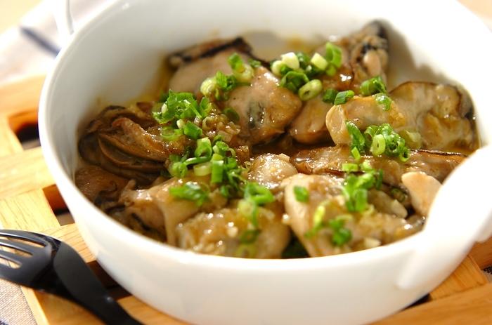 牡蠣に粉をまぶし、ニンニクとともにオリーブオイルで焼くだけの超簡単レシピ。牡蠣のうまみ・甘みがたまりません!あっという間にできるのに、リッチなご馳走です。