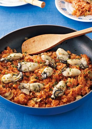材料がシンプルなのに、とても贅沢な印象に仕上がる牡蠣のトマトピラフ。このレシピではトマトジュースを使っていますが、トマトの水煮でもいいかも。味も本格的です。スキレットやホーロー鍋で調理して、そのままテーブルに出すのもいいですね。