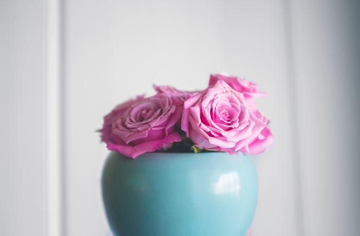バラやラナンキュラスなど、ふんわり丸い形の花も、束ねて生けるのに向いています。花屋さんで、バラなどが「5本、10本」とまとまった価格になっているのを見かけますが、こうして生けるのに適したお花だからなのかも。
