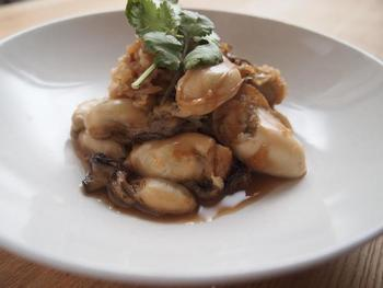 大粒の牡蠣で試したいしぐれ煮。噛みしめると、じゅわっと牡蠣のエキスが感じられます。大根おろしを加えているので、サッパリした後味。あつあつご飯にのっけたり、お酒のあてにも。