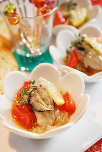 爽やかなレモン風味の牡蠣のマリネ。バジルやトマトを使った、おしゃれなイタリア風です。色もきれいで、テーブルが引き立ちますね。ワインにもぴったり。