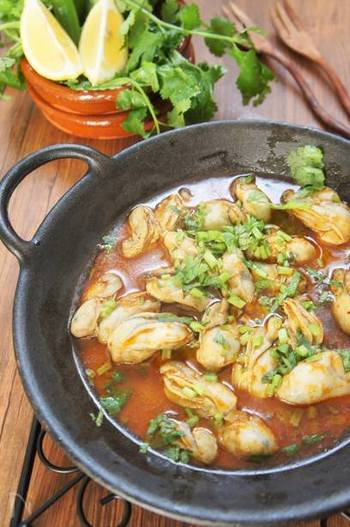 トムヤムペーストと煮干しだしを使ったタイ風の炒め煮。すっぱ辛くて味わい深い、極上のエスニック料理になります。海鮮トムヤム鍋にすることもできます。