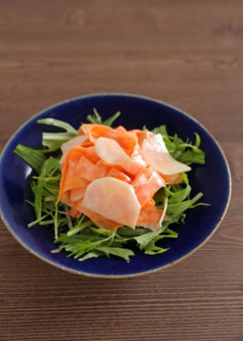 三色の彩り綺麗なサラダのレシピ。ヨーグルトをメインにしたドレッシングでさっぱりと頂きましょう。旬のカブと水菜をたっぷり食べたくなります。