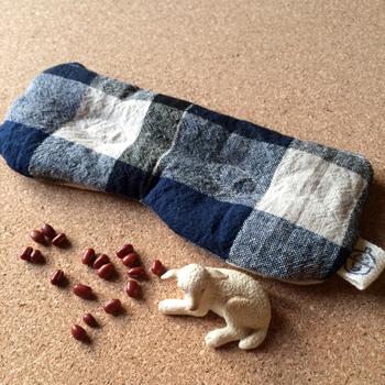 布の中にあずきが入ったウォームピローは、電子レンジに入れて温めて使う、温熱ピロー。温かさが20~30分程度持続するので、そのまま目元や肩など、温めたい場所に当てて使用します。