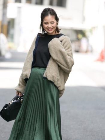 こちらは流れるようなシルエットが美しいプリーツスカート。もこもこアウターは基本的に丈が短めなので膝下のスカートととっても合わせやすいんです!