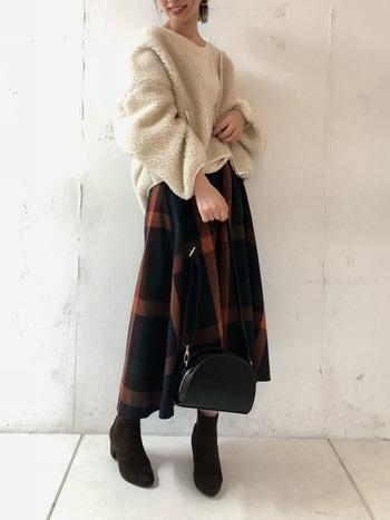 今年大流行のチェックのスカートには生成りカラーのもこもこボアアウターを。抜襟風に着こなすととっても今っぽい!