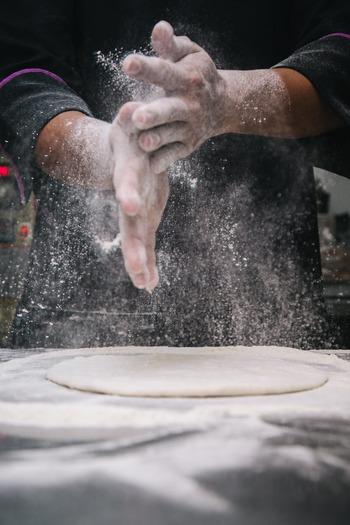 今回は、手に入りやすく使い勝手の良い「薄力粉」をメインに、比較的簡単に小麦粉を取り入れやすいレシピや、強力粉などと組み合わせて作る餃子の皮など色々なアレンジレシピをご紹介したいと思います。