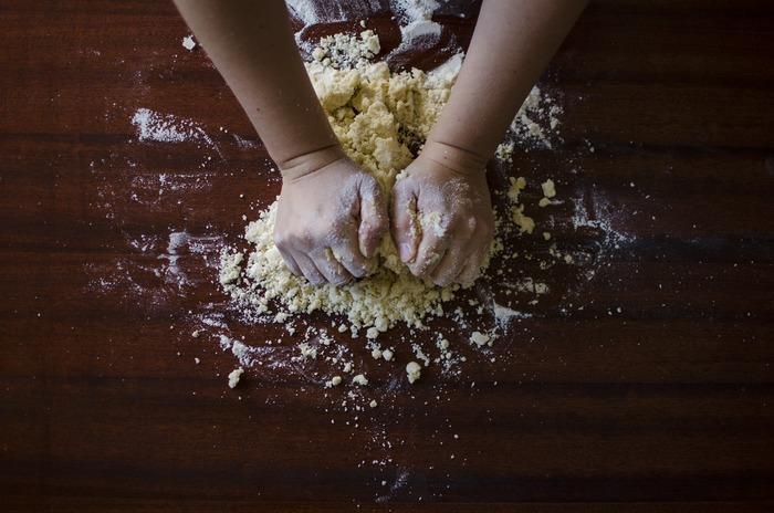 小麦粉は、粘りのグルテンの配合によって、「強力粉」「中力粉」「薄力粉」に分かれます。粘りやコシを必要とするパンやうどんには強力粉が使われています。そのほかパスタなど作るデュラム小麦を使ったデュラムセモリナ粉などもあります。
