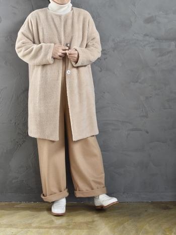 こちらのボアコートは、上品で優しげなクリーム色が印象的です。足元の白いローファーも絶妙なアクセントに。白ニット×ベージュのパンツの組み合わせも、女性らしい雰囲気で素敵ですね。