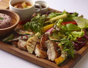 日替わりランチのほか、季節野菜のプレートなど、いずれも野菜たっぷりの身体に嬉しいメニュー。