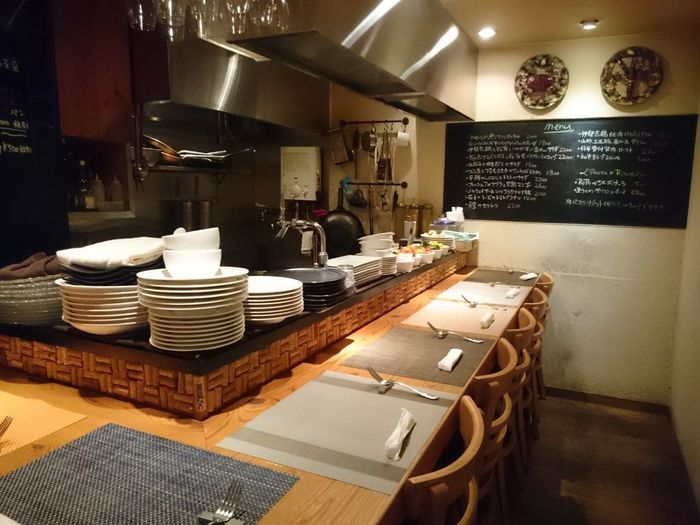 北新地駅からすぐの雑居ビルにある隠れ家イタリア料理店「イルペペ」。1回転7席の2部制ですが、前菜盛り合わせとパスタ、デザートまであってコスパは高めです。