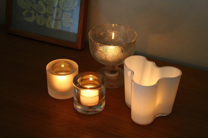 キャンドルの入れ物として、キャンドルホルダーはもちろん、耐熱ガラスの小皿、フラワーベースなど使えるものが多いです。  素材は、薄いガラスは直火が当たると割れる可能性があるので、厚みのあるガラスや火に強い陶磁器が良いでしょう。 大きめのフラワーベースやキャンドルホルダーなら、反射する光が増し、ランタン代わりに使えます。 使う空間に合わせて自由に器を変えれば、ぐっと生活になじみやすくなりますよ。