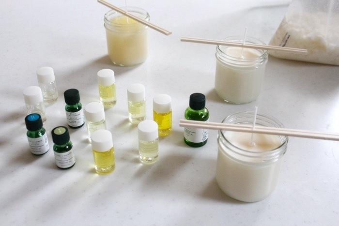 原料にこだわって1から作りたい方はこちら。ロウとなる素材は、環境にやさしいソイワックスを使用。 吹き消し後の嫌な煙の残り香がなく快適。こちらも溶かして作ります。 キャンドルのなかでもソイワックスは、空気清浄効果が高いといわれています。 後の処理も、熱めの石鹸水で簡単に落とせるので、管理も楽になりますよ。