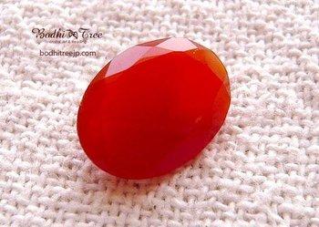 たとえば鮮やかなオレンジ色のこちらは、鉱物学的には瑪瑙と同等ですが、縞模様がないため一般的には「カルセドニー」、それも赤い種類の名称である「カーネリアン」と呼ばれます。ほかにも、瑪瑙と同じ成分ながら別の名を持つ「オニキス」などがあって、ちょっとややこしいですね。