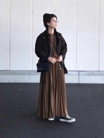 ボーダーカットソーとマキシ丈のプリーツスカートはベージュでまとめ、アウターと小物はブラックで引き締めました。 上下同じトーンのコーデでも、引き締めるカラーがあると挑戦しやすいですね。