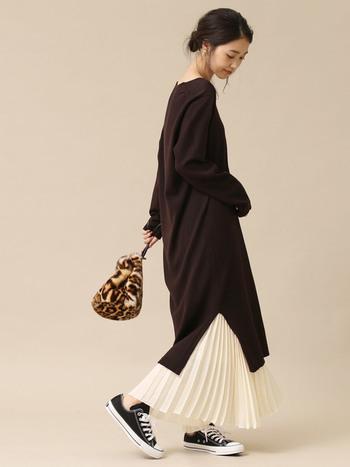 夏っぽいかな?と思う白いプリーツスカートも、 ニットワンピに合わせば秋も大活躍。