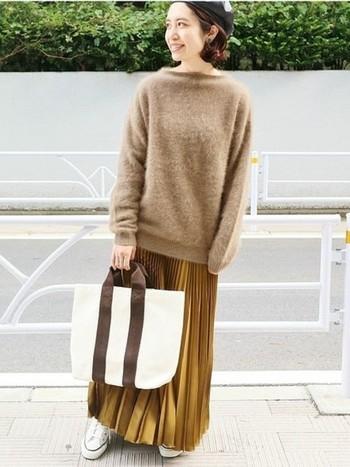 ゆったりとしたモヘアのセーターにゴールドのプリーツスカート。ワントーンコーデもこのように素材感を変えると自然なメリハリがでます。