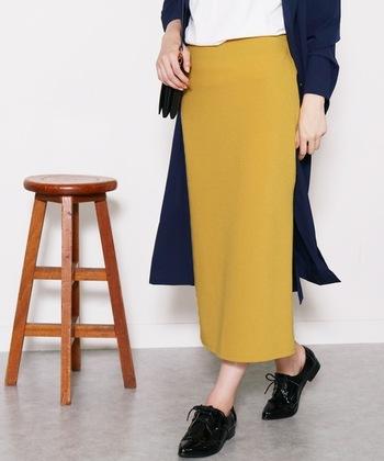 イエローをトーンダウンさせたようなマスタードのスカートは、活躍必至の優秀アイテム。ベーシックカラーはもちろん、パープルやオレンジといった、攻略が難しそうな色のトップスともよく合います。