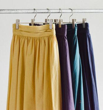 「最近コーディネートが単調になってきた…。」そんなときは、存在感のある秋色スカートをワードローブに投入。秋ならではの色を乗せたスカートがあれば、いつもの装いもドラマティックに変身します。  今回は、中でも特にチェックしておきたい色味を、コーディネート実例と一緒にご紹介します♪