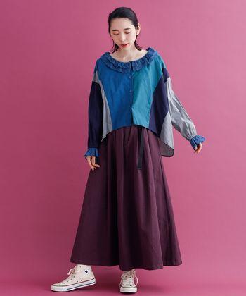 まわりと差がつく装いにしたいなら、パープルのスカートにはブルーのトップスをセット。チグハグな印象にならないよう、ブルーは少しくすみ感のあるものを選んで。