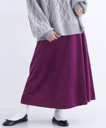 パッと目を引くパープルのスカートで、シンプルな着こなしを華麗にクラスアップ。明るいだけではない大人な華やぎが、コーディネートに味のある深みをプラスします。
