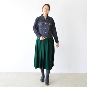 グリーンのスカートに合わせるトップスに迷ったら、まずはネイビーのアイテムをON。簡単なのにハイセンスに見えるカラーブロックです。