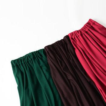 コーディネートを華やかに演出する秋色スカート。同じデザインでも色によって雰囲気が変わるので、お気に入りを何色か持っておくのもおすすめです。ぜひ参考にして、みなさんも秋らしいスカートルックを楽しみましょう!