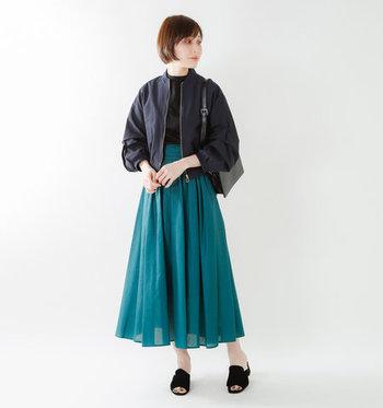 少しボリュームのあるブルゾンに華やかなロングスカート。「ちょっときめ過ぎたかな?」と感じたら、リラクシーなつっかけシューズで力を抜いて。
