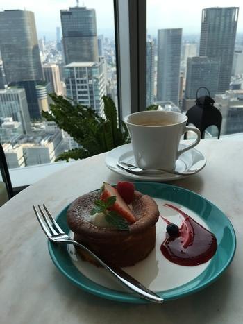 カフェタイムには、街を眺めながらニューヨークチーズケーキなどのスイーツをいただいてみては♪