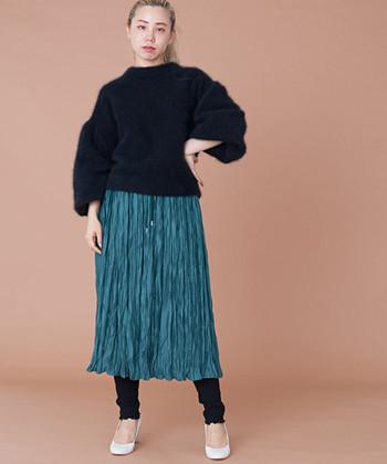 光沢のある鮮やかなスカートを、ブラックのニットとレギンスでサンド。グリーンの美しさがより際立ち、ほんのりモードな雰囲気も。