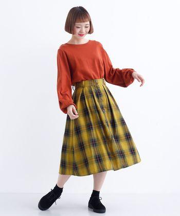 秋冬にぴったりな暖色系のコーディネート。洋服が鮮やかな分、ソックスとシューズはブラックでまとめて落ち着き感をキープ。