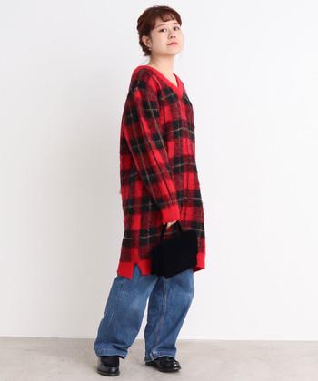 休日ルックに欠かせないイージーデニムを、レッドのチェック柄ニットで可愛らしく着こなして。デニムは淡めのブルーを選んで軽やかに。