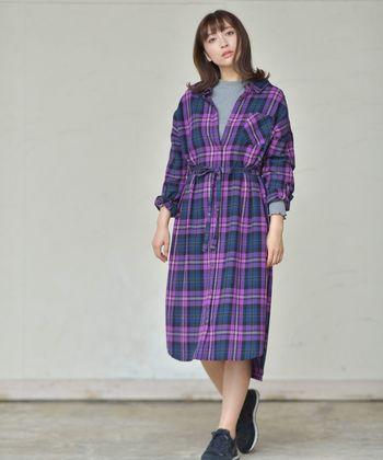 大人の女性に人気のシャツワンピースは、パープルのカラーチェックを選んで自分らしさをアピール。INに仕込んだグレーがパープルのインパクトを抑えつつ、着こなしをグッと都会的な雰囲気に。