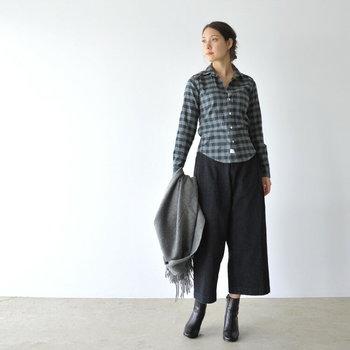 カジュアルになりがちなフランネルシャツも、着こなしをモノトーンにすれば大人シックな印象に。上のボタンはいくつか開けて、女性らしい抜け感をメイク。