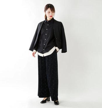 ブラックをメインにして、フランネルシャツをとびきりマニッシュに味つけ。少量のホワイト効果で、着こなしにほどよい軽さが出ています。