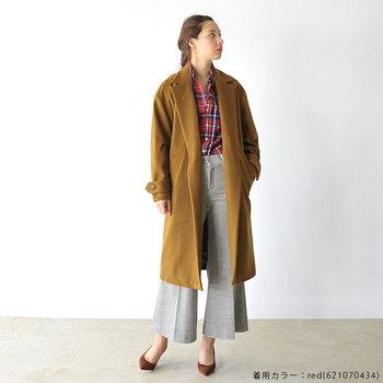 """ワイドパンツに紳士的なロングジャケット。まさに""""今""""なアイテムを持ってきて、定番のフランネルシャツをトレンド感たっぷりにスタイリング。"""