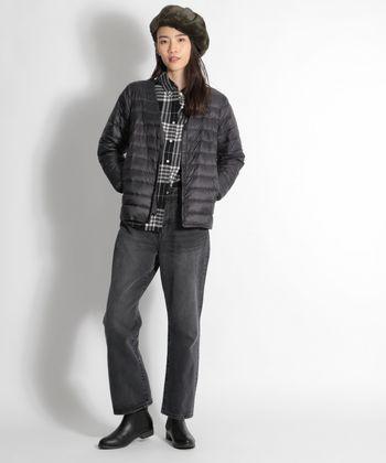 グレーベースのフランネルシャツにダウンとデニムを合わせて。それだけだとラフなだけになってしまうから、ベレー帽とレザーブーツで知的な香りをひとさじ。