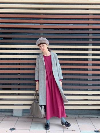 ロングジャケットとワンピースのきちんと感のあるコーディネート。ふわふわのファー帽子をONすれば、グッと遊び心のあるスタイルに。