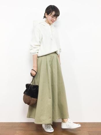 パーカーとロングスカートの定番カジュアルを、ボリューミーな巾着バッグが秋らしく昇華。