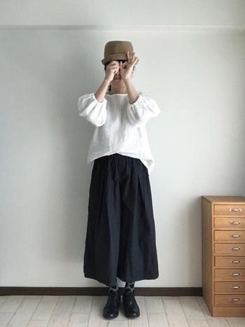 王道のモノトーンスタイルも、ドット柄のタイツ効果で個性的にシフト。ベースがグレーだから子供っぽいイメージにはなりません。