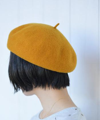 まず最初に取り入れたいのは、頭をすっぽりと包んでくれそうなほっこり帽子。見慣れたワンツーコーディネートも、被るだけでこなれ感のあるルックに仕上がります。