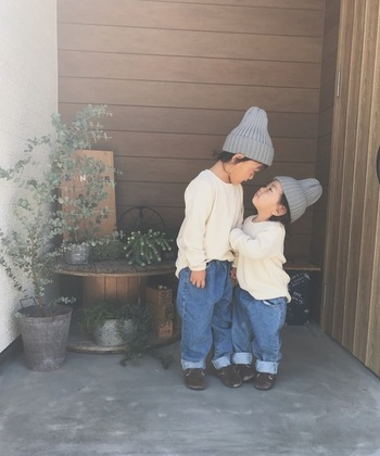 帽子をちょこんと頭にのせるだけで、いつもの洋服の雰囲気もガラッと変わりますよね。  秋から冬にかけては、大人だけではなく子供の洋服のカラーもモノトーンになりがちです。ぜひ今年の冬は、いつもとはちょっと違うおしゃれなデザインの帽子を見つけて、親子、兄弟姉妹ともコーディネートして楽しんでみませんか。