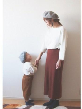 ベレー帽はかぶり方によって印象が全く変わります。 たとえば前髪を全部あげて浅めにかぶると、お子さんでもどこか大人っぽく、かっこよく仕上がりますよ。  また、前髪をおろして浅めにかぶると、ふわっと優しい印象に仕上がりに。
